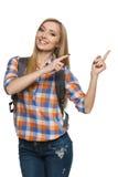 Turista femenino joven que señala a la cara Imagenes de archivo