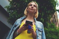 Turista femenino perdido que usa el teléfono para la navegación Fotografía de archivo