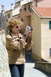Turista femenino que toma las fotos Fotos de archivo