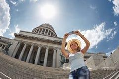 Turista femenino que toma las fotos en Cuba Foto de archivo libre de regalías