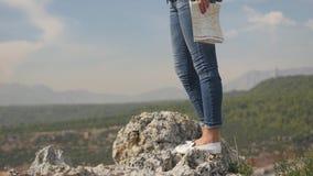 Turista femenino que viaja el mundo con el mapa almacen de video