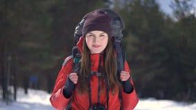 Turista femenino sonriente feliz que mira en cámara metrajes