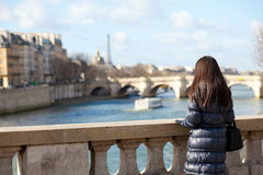 Turista femenino trigueno solo en París Fotos de archivo libres de regalías