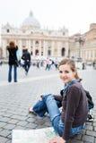 Turista femminile abbastanza giovane Fotografie Stock Libere da Diritti