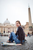 Turista femminile abbastanza giovane che studia un programma Fotografie Stock