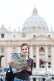 Turista femminile abbastanza giovane che studia un programma Fotografia Stock
