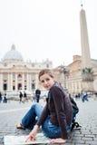 Turista femminile abbastanza giovane che studia un programma Fotografia Stock Libera da Diritti