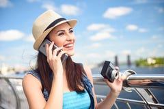 Turista femminile allegro che comunica sul telefono Immagini Stock Libere da Diritti