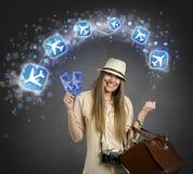 Turista femminile allegro con l'icona degli aerei Immagine Stock Libera da Diritti