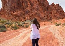 Turista femminile che prende le foto in montagne Fotografie Stock