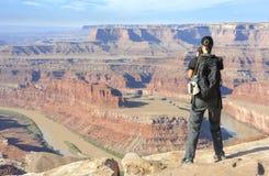 Turista femminile che prende le immagini di un paesaggio del canyon Immagine Stock