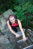 Turista femminile che sale la scala Fotografia Stock Libera da Diritti