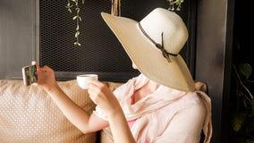 Turista femminile con il cappello di paglia che prende selfie Fotografie Stock Libere da Diritti