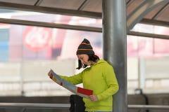 Turista femminile con la mappa d'esplorazione della valigia lei individuazione di emicrania Fotografia Stock