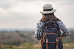 Turista femminile con lo zaino in campagna immagini stock libere da diritti