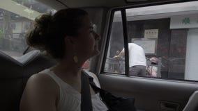 Turista femminile di Cacausian in una carrozza cinese stock footage