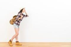 Turista femminile felice che sta sul pavimento di legno Immagini Stock Libere da Diritti