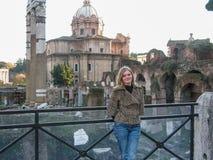 Turista hermoso de la muchacha en Roma Foto de archivo libre de regalías