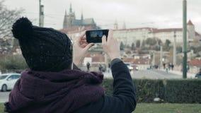 Turista hermoso de la mujer joven en Praga, haciendo Selfie o tomando la foto con su teléfono móvil, concepto que viaja almacen de metraje de vídeo