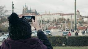 Turista hermoso de la mujer joven en Praga, haciendo Selfie o tomando la foto con su teléfono móvil, concepto que viaja almacen de video