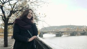 Turista hermoso de la mujer joven en Praga usando su Smartphone, concepto que viaja almacen de metraje de vídeo