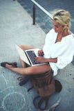 Turista hermoso de la mujer que comprueba el mapa electrónico de la ciudad en el ordenador portátil durante viaje de la aventura Imágenes de archivo libres de regalías