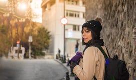 Turista hermoso del viajero de la mujer con la mochila imagen de archivo
