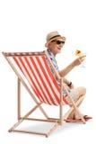 Turista idoso feliz com um cocktail que senta-se em uma cadeira de plataforma foto de stock