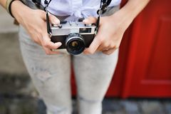 Turista irreconocible con la cámara en la ciudad vieja Foto de archivo libre de regalías