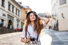 Turista joven con la cámara en la ciudad vieja Foto de archivo libre de regalías