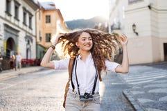 Turista joven con la cámara en la ciudad vieja Imagen de archivo libre de regalías