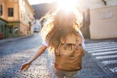 Turista joven con la mochila en la ciudad vieja Fotografía de archivo