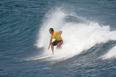 Turista joven en la tabla hawaiana de alquiler Imagenes de archivo