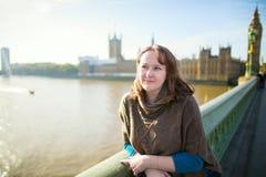 Turista joven en Londres en el puente de Westminster Foto de archivo
