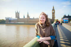 Turista joven en Londres en el puente de Westminster Fotos de archivo