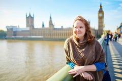 Turista joven en Londres en el puente de Westminster Fotografía de archivo libre de regalías