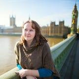 Turista joven en Londres en el puente de Westminster Imagen de archivo
