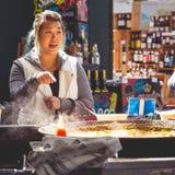 Turista joven en una parada espa?ola de la comida en mercado de la ciudad Londres, 2017 fotografía de archivo libre de regalías