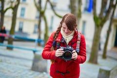 Turista joven feliz en París Fotos de archivo