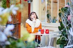 Turista joven feliz en París en un día de invierno Imagen de archivo libre de regalías