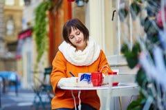 Turista joven feliz en París en un día de invierno Fotos de archivo libres de regalías