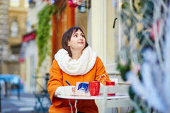 Turista joven feliz en París en un día de invierno Fotografía de archivo libre de regalías
