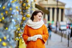 Turista joven feliz en París en un día de invierno fotografía de archivo
