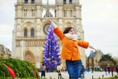 Turista joven feliz en París en un día de invierno imagenes de archivo