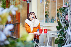 Turista joven feliz en París en un día de invierno Foto de archivo