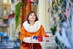 Turista joven feliz en París en un día de invierno Fotos de archivo