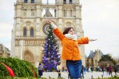 Turista joven feliz en París en un día de la Navidad Fotos de archivo libres de regalías