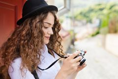 Turista joven hermoso con la cámara en la ciudad vieja Imagen de archivo libre de regalías