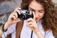 Turista joven hermoso con la cámara en la ciudad vieja Foto de archivo