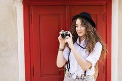 Turista joven hermoso con la cámara en la ciudad vieja Imagen de archivo